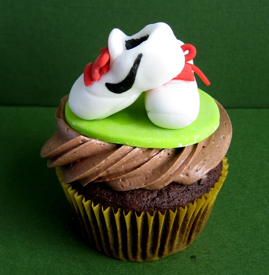 http://artisancakecompany.com/wp-content/uploads/2010/11/golden_birthday_cupcake_running_shoes.jpg